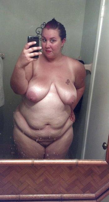 Femme à gros seins avec des formes veut baiser avec un mec