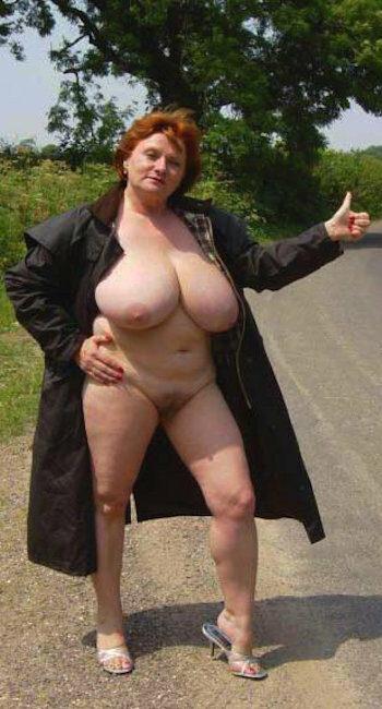 Femme obèse nue qui écarte ses grosses cuisses pour du sexe
