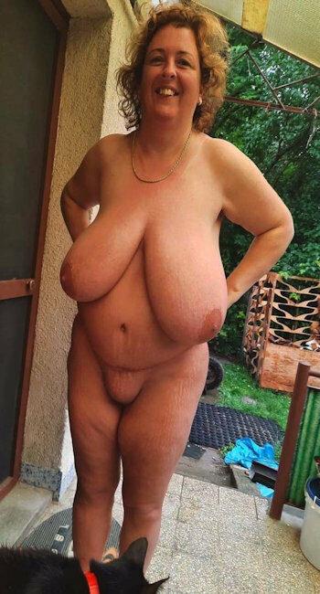 Femme ronde prend en photo sa chatte humide pour les mecs