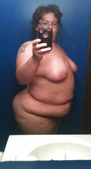 Femme salope obèse ouvre sa chatte épilée pour homme viril
