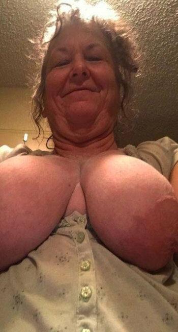 Grosse femme exhib ses seins énormes pour belles bites