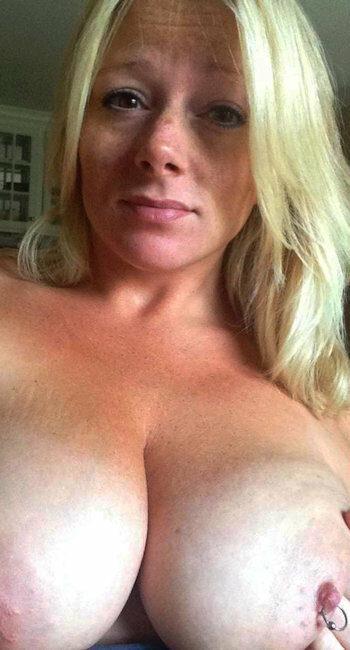 Salope pulpeuse à belle poitrine cherche rencontre sexe rapide