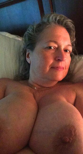 Vieille femme Ronde se masturbant dans son lit cherche rencontre sexe